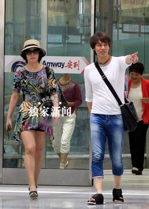 U60 Lưu Hiểu Khánh khoe chân thẳng tắp - 1