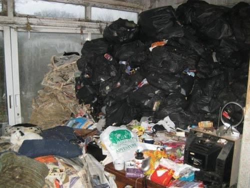 """Anh: Cặp vợ chồng """"ủ"""" 30 tấn rác trong nhà - 1"""