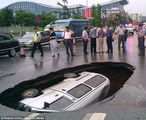 Hố tử thần nuốt chửng ô tô tại Trung Quốc - 1