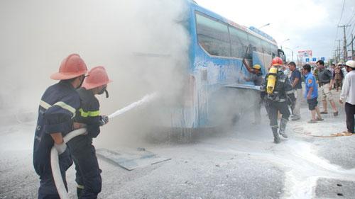 Ô tô khách phát nổ từ gầm xe rồi bốc cháy - 1