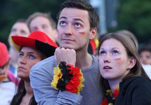 CĐV Đức vỡ òa sau chiến thắng của đội nhà - 1