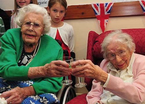 Cặp chị em lớn tuổi nhất thế giới - 1