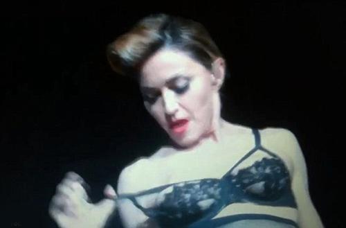 Madonna khoe ngực trước 55 nghìn fans - 1