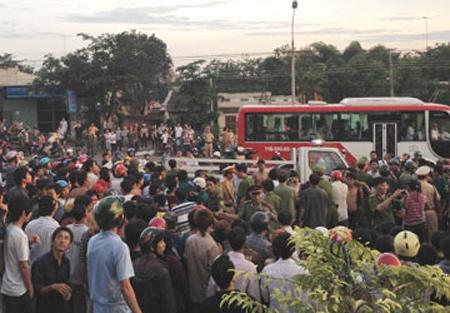 Dân chặn xe CSGT, quốc lộ kẹt cứng - 1