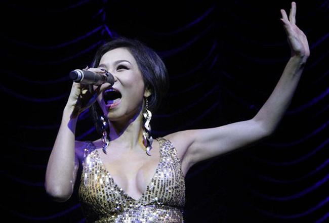 … khiến nữ hoàng sexy làng nhạc Việt không thoát khỏi nghi án nâng ngực.