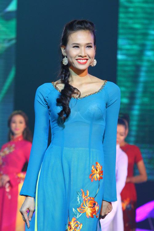 Dương Mỹ Linh duyên dáng áo dài hoa - 1