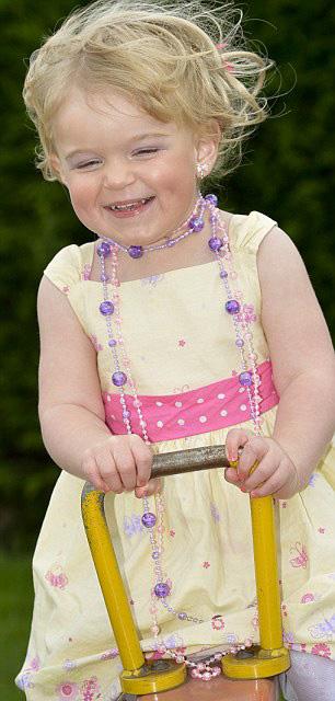Bé gái 2 tuổi dự thi… hoa hậu - 1