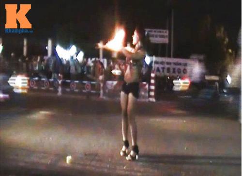 """""""Người đẹp chân dài"""" múa lửa giữa đường - 1"""