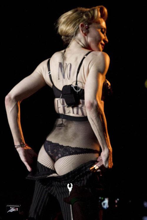 Sau khoe ngực, Madonna khoe vòng 3 - 1