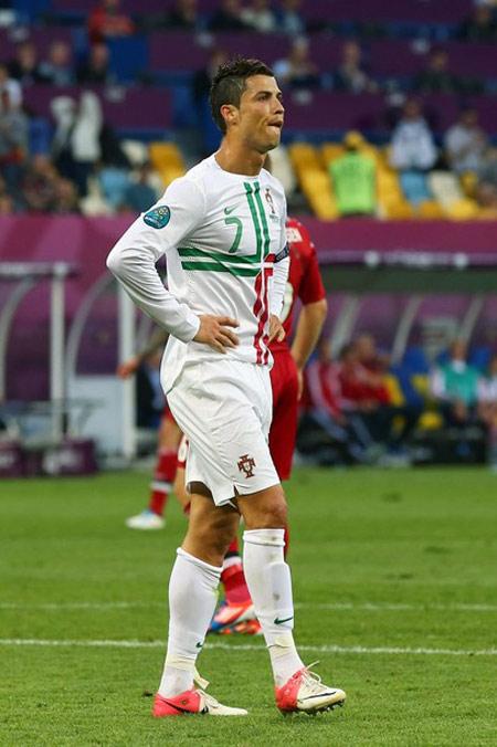 Ronaldo lại bị đem so với Messi - 1