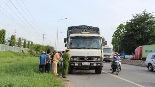 Bị xe tải cán, 1 nhà 3 người chết thảm - 1
