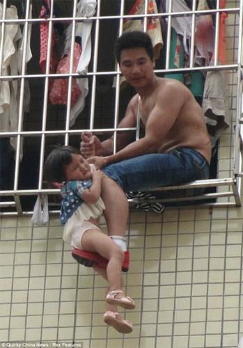 TQ: Giận vợ, chồng treo con ngoài cửa sổ - 1
