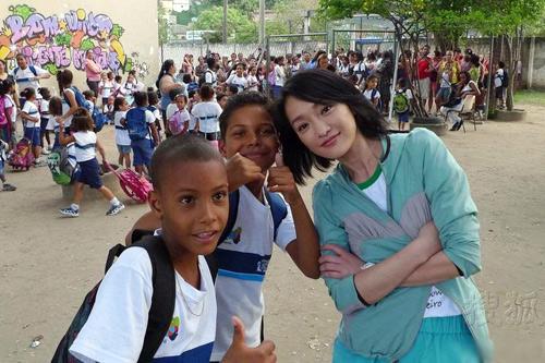 Châu Tấn chơi bóng với trẻ em nghèo Brazil - 1