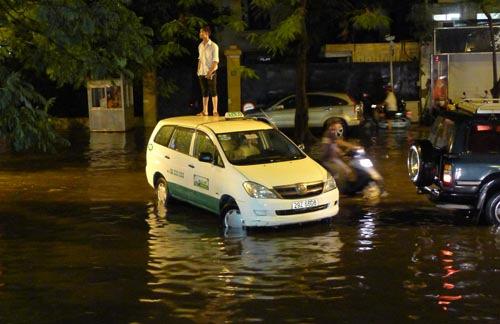 Dự báo chiều nay Hà Nội mưa lớn, ngập nặng - 1