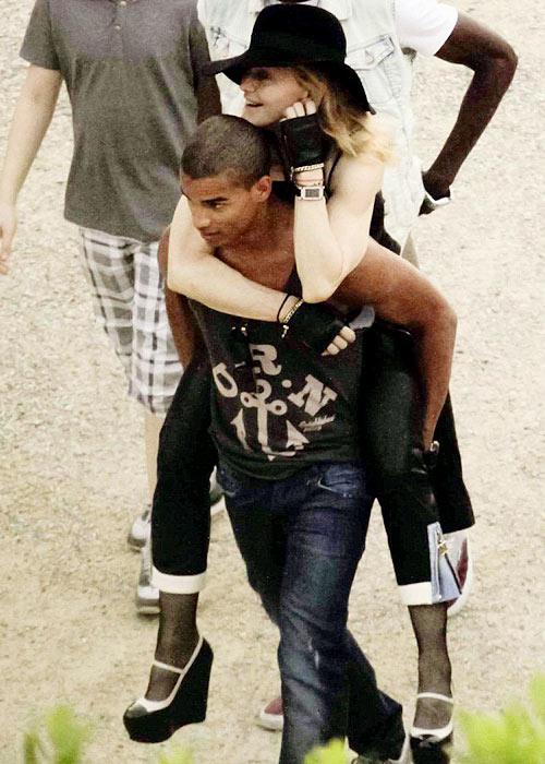 Madonna nóng bỏng bên phi công trẻ - 1