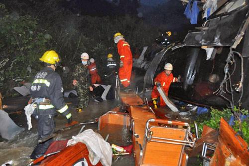 TQ: Xe buýt lao xuống núi, 17 người chết - 1