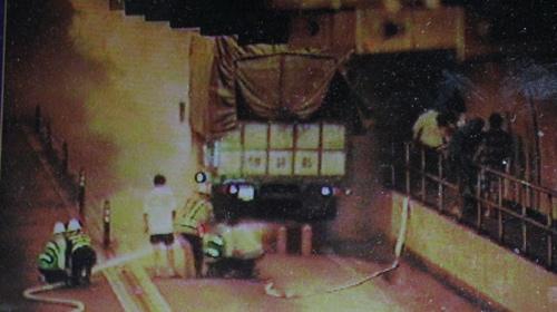 Cháy xe trong hầm Hải Vân - 1