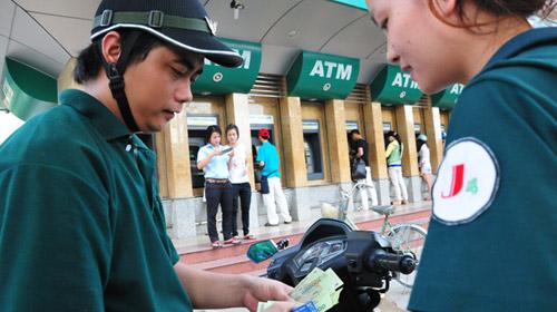 Ngân hàng lén thu phí ATM gấp đôi - 1