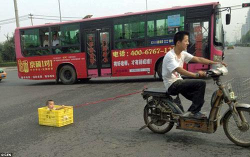 TQ: Bố để con trong thùng kéo lê trên phố - 1