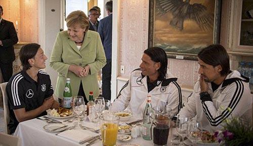 Thủ tướng Đức cổ vũ đội nhà hạ Hy Lạp - 1