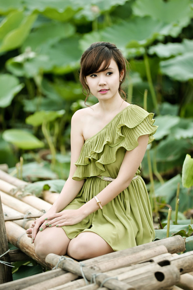 Ở Hà Nội không lâu nhưng Midu vẫn tranh thủ ghi lại những hình ảnh đẹp của mùa hè Hà Thành với đầm sen đặc trưng của Hồ Tây.