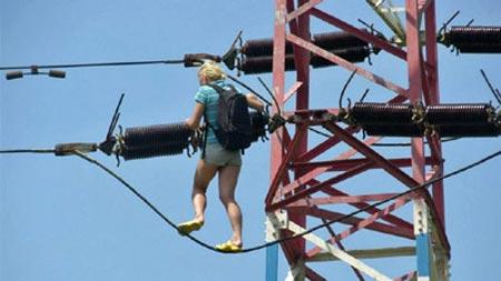 Thiếu nữ Séc bò lên dây điện vì tưởng là… cầu - 1