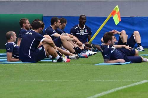 """Balotelli """"quậy"""" tưng bừng trên sân tập - 1"""
