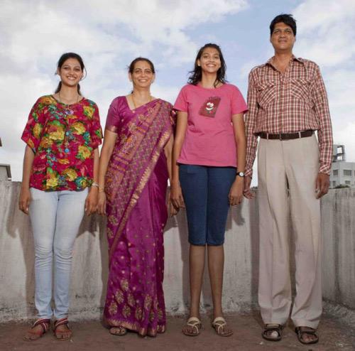 Gia đình 4 người cao gần 8 mét - 1