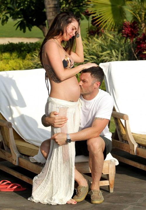 Megan Fox diện bikini khoe bụng bầu - 1