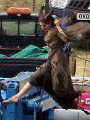 Angelina Jolie bay lượn trong phim mới - 1