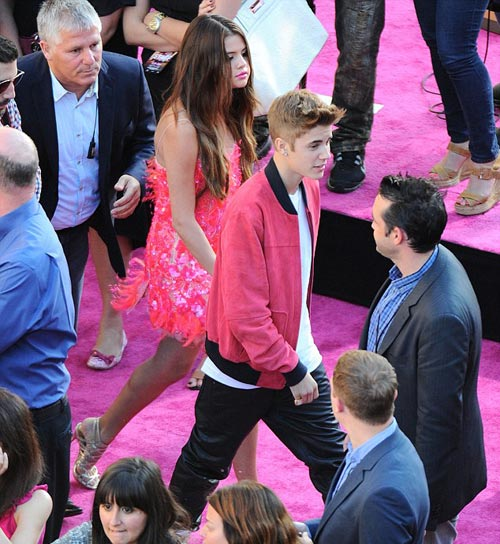 Justin Bieber ga lăng với bạn gái - 1