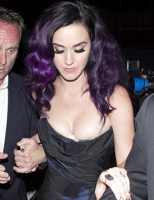 Vật thể lạ ở khe ngực Katy Perry - 1