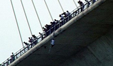 Treo mình 2 giờ giữa cầu Bãi Cháy rồi tự tử - 1