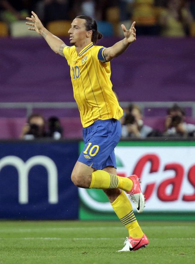 Tiền đạo Ibrahimovic của ĐT Thụy Điển tiếp tục xuất hiện với kiểu tóc của các võ sỹ Samurai Nhật Bản.