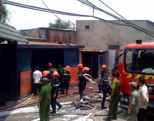 Hỏa hoạn thiêu rụi xưởng tân trang xe Vespa - 1