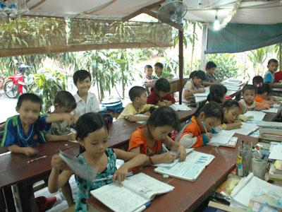 Lớp học bên hiên trại phong - 1