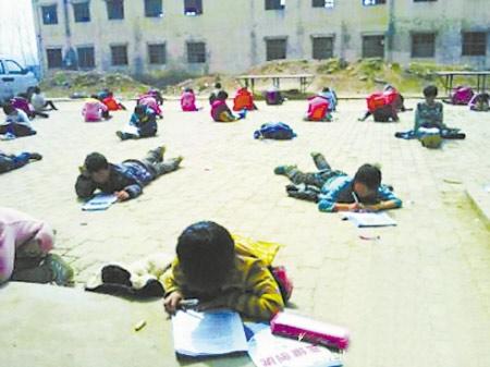 TQ: Bắt học sinh làm bài thi dưới trời nắng - 1