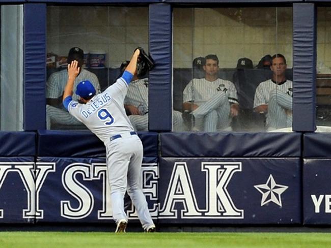 David DeJesus của đội bóng chày Chicago Cubs không va chạm với ai nhưng nỗ lực cứu bóng đã khiến cầu thủ người Puerto Rico đứt dây chằng tay phải và mất cả mùa giải 2012.