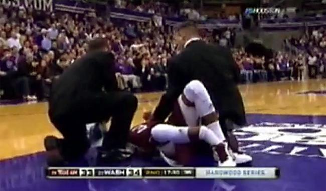 Trận thắng 73-64 của đội bóng rổ Washington trước Texas A&M năm 2009 bị phủ bóng đen khi Derrick Roland gãy xương chày và xương mác sau một pha tiếp đất không như ý.
