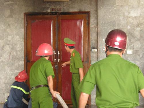 Cháy dữ dội Trung tâm văn hóa Quảng Bình - 1