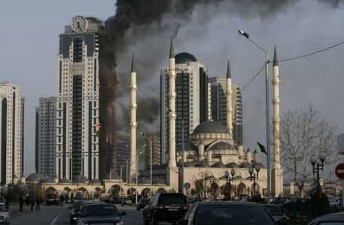 Nga: Cao ốc xa xỉ bốc cháy dữ dội - 1