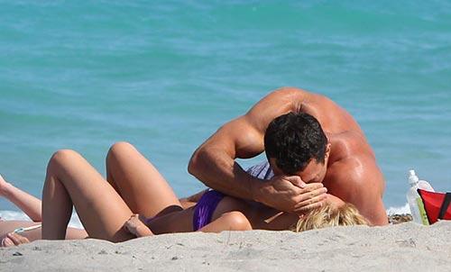 Tay đấm Klitschko khóa môi bạn gái trên biển - 1
