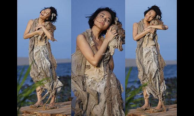 Tham gia bộ phim Lửa Phật, Đinh Ngọc Diệp có tạo hình tơi tả như 'đệ tử  cái bang'. Trong một số hình ảnh đoàn phim công bố, nữ diễn viên này  diện trang phục rách rưới còn tay cầm một con búp bê cũ kĩ.
