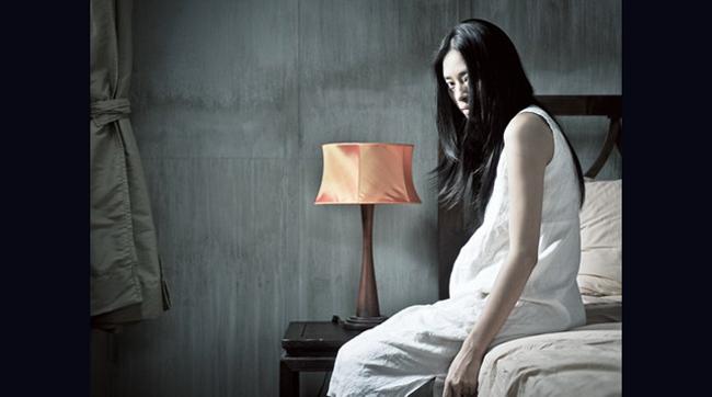 Ngô Thanh Vân rũ rượu như xác chết không hồn trong phim Ngôi nhà trong ngõ hẻm.