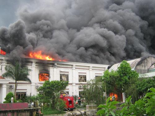 Cháy xưởng may, hơn 1000 xe máy cháy rụi - 1