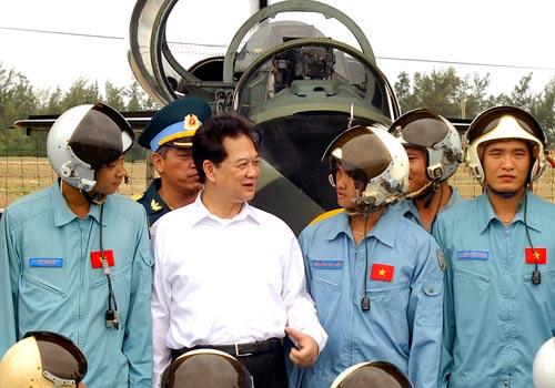 Thủ tướng thăm nơi đào tạo hàng ngàn phi công - 1