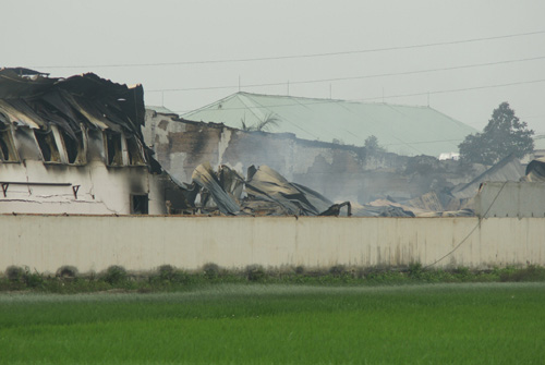 Cảnh hoang tàn sau vụ cháy 1.000 xe - 1