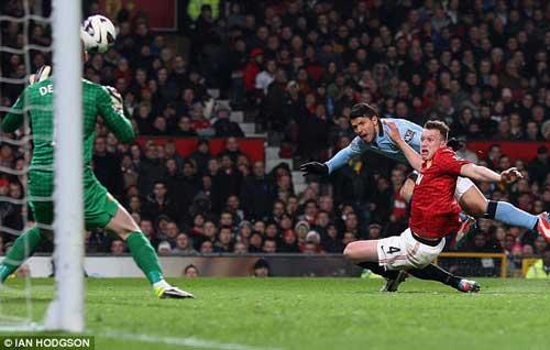 Phil Jones thất kinh nhìn Aguero ghi bàn - 1