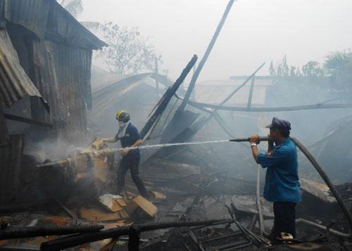 Chiết xăng để bán làm cháy 3 ngôi nhà - 1