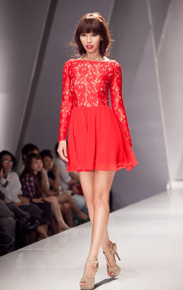Hà Anh diện váy ren đỏ rực - 1